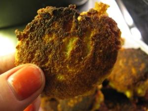 Billeddokumentation af den perfekte falafel. (Den brændte kant og den afskallede neglelak er en del af en ny og edgy madfoto-stil. Det samme med den mangelfulde lyssætning.)